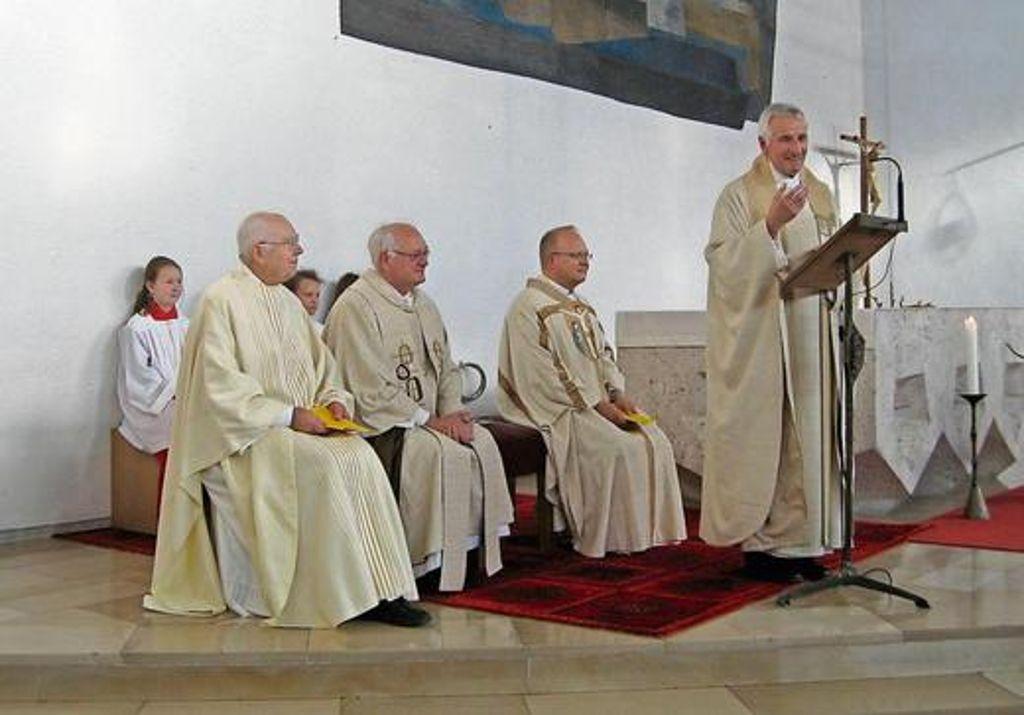 Seelsorger Geistlicher Mit Gemeinde